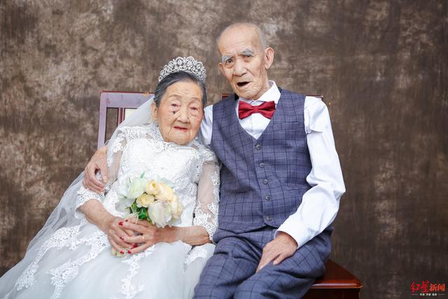 94岁爷爷重病遗憾没拍过婚纱照 96岁老伴精心妆扮陪他圆梦