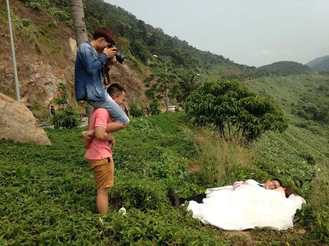 每一张浪漫美好的婚纱照背后,都有拼了命的摄影师和助手